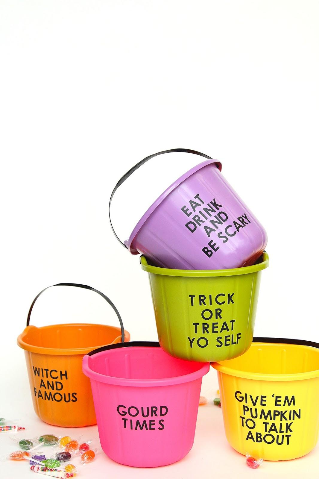 Hora de pedir doces: baldinhos coloridos com frases cheias e trocadilhos com temas do halloween