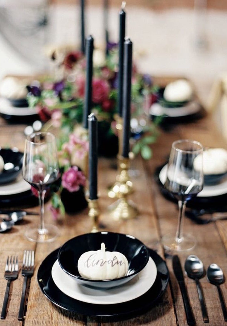 E para uma ocasião mais formal, use suas louças e acessórios mais góticos para compor uma mesa de jantar de arrepiar