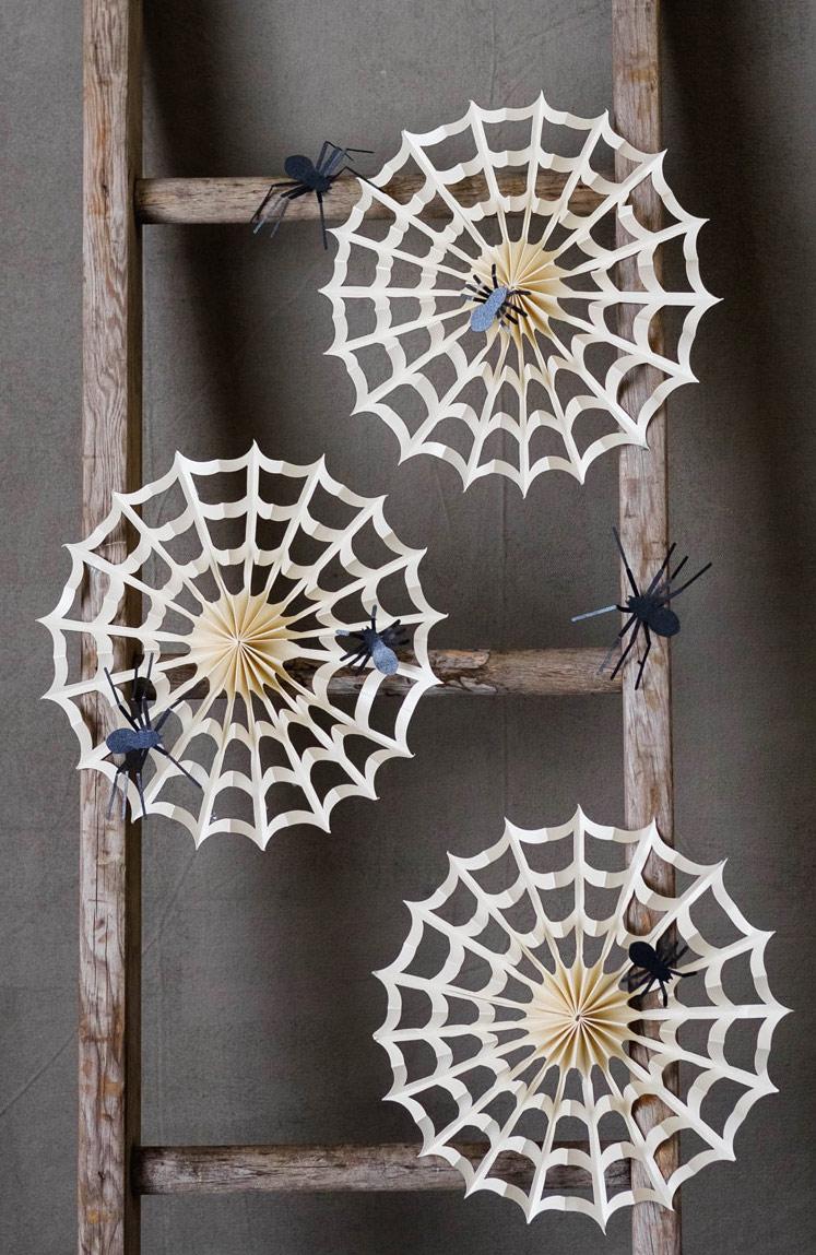 Enfeites de halloween em papel para fazer em casa: crie teias dobrando e recortando papel para uma simetria perfeita