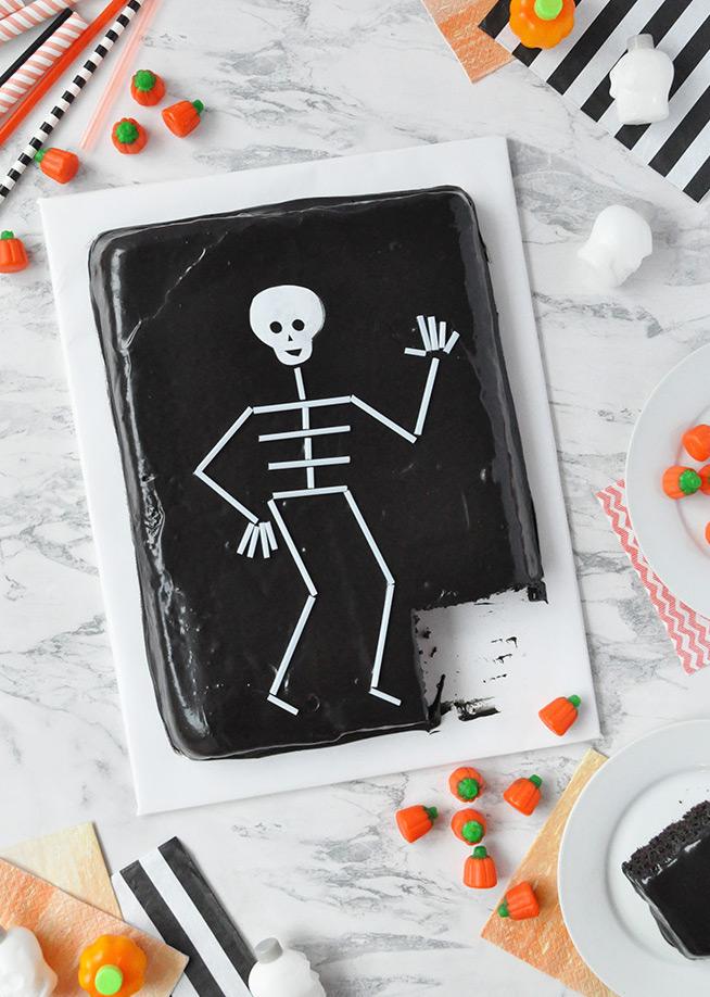 Bolinho de dia das bruxas do esqueleto: mesmo para quem não tem muitas habilidades manuais, este aqui fica uma graça!