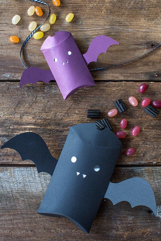 Decoração halloween infantil: lembrancinhas açucaradas em embalagens de morceguinhos de papel
