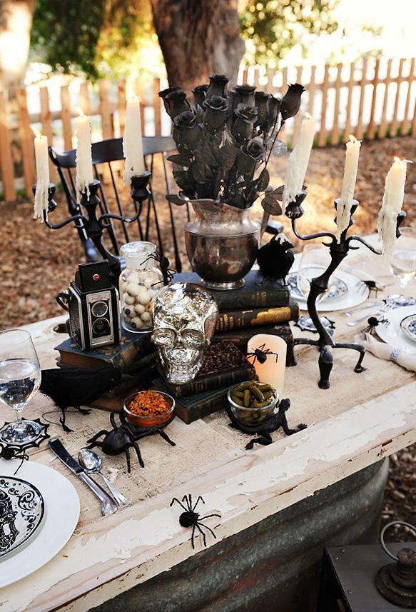 Se inspire no visual gótico e antigo para uma mesa de halloween cheia de estilo