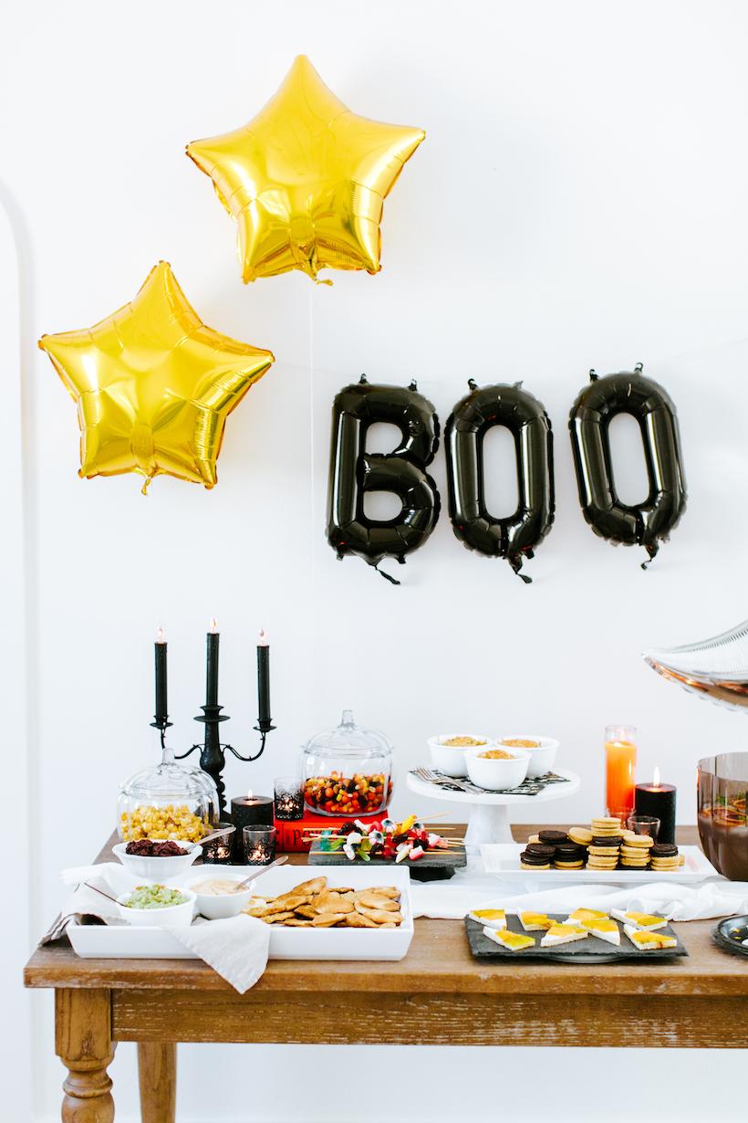 Mas se você prefere não investir em uma decoração assustadora, vale usar só alguns enfeites festivos