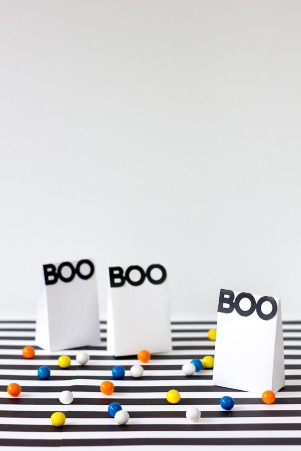 """Numa ideia mais minimalista, um saquinho de doces que sintetiza todo o espírito do halloween em um simples """"BOO"""""""