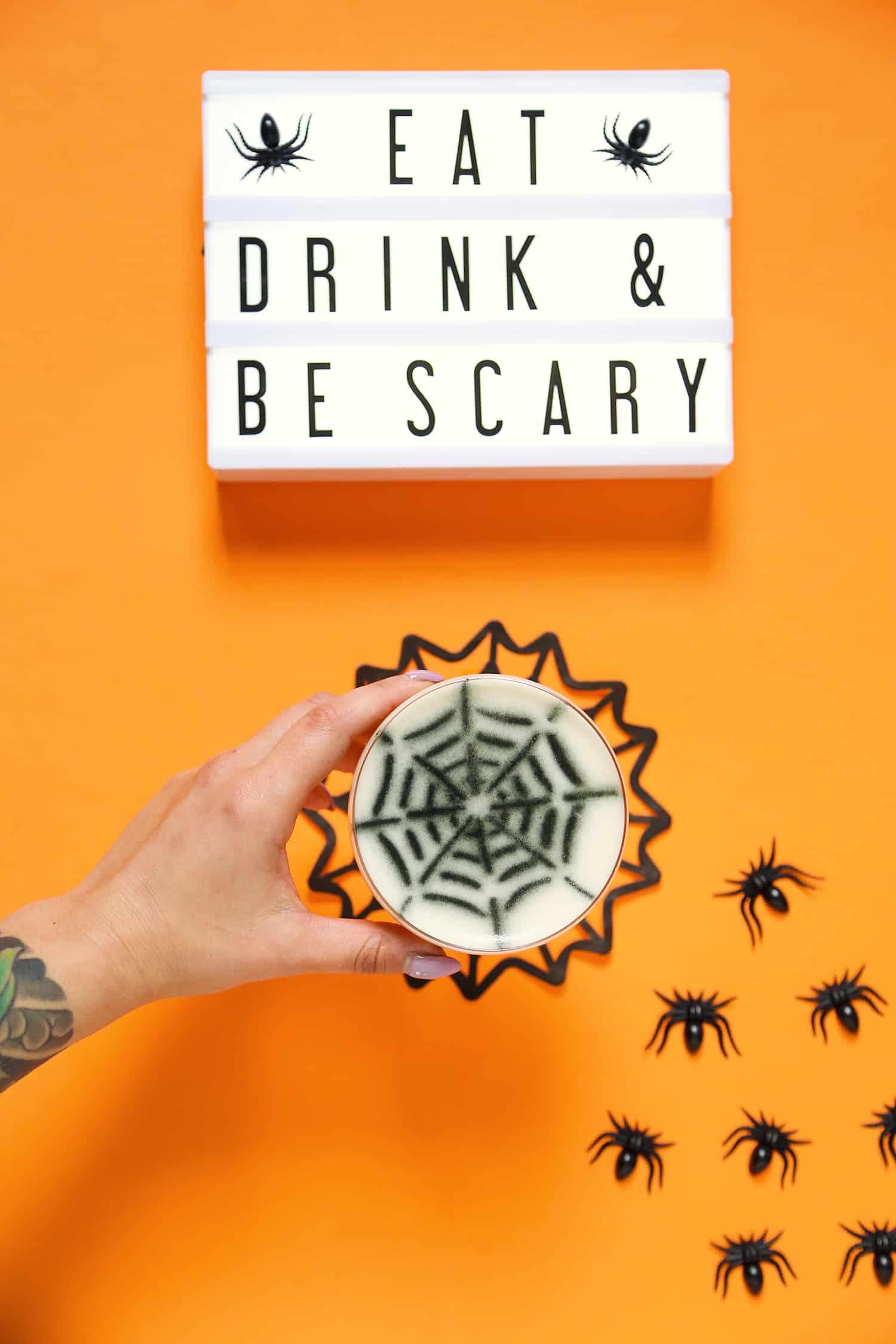 Uma festa para comer, beber e se assustar! Use plaquinhas luminosas para deixar mensagens aos seus convidados