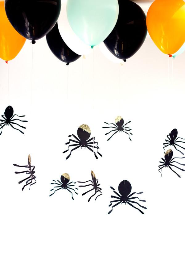 Decoração de festa halloween barata: crie aranhas em papel e pendure-as no teto com o auxílio de nylon e balões coloridos