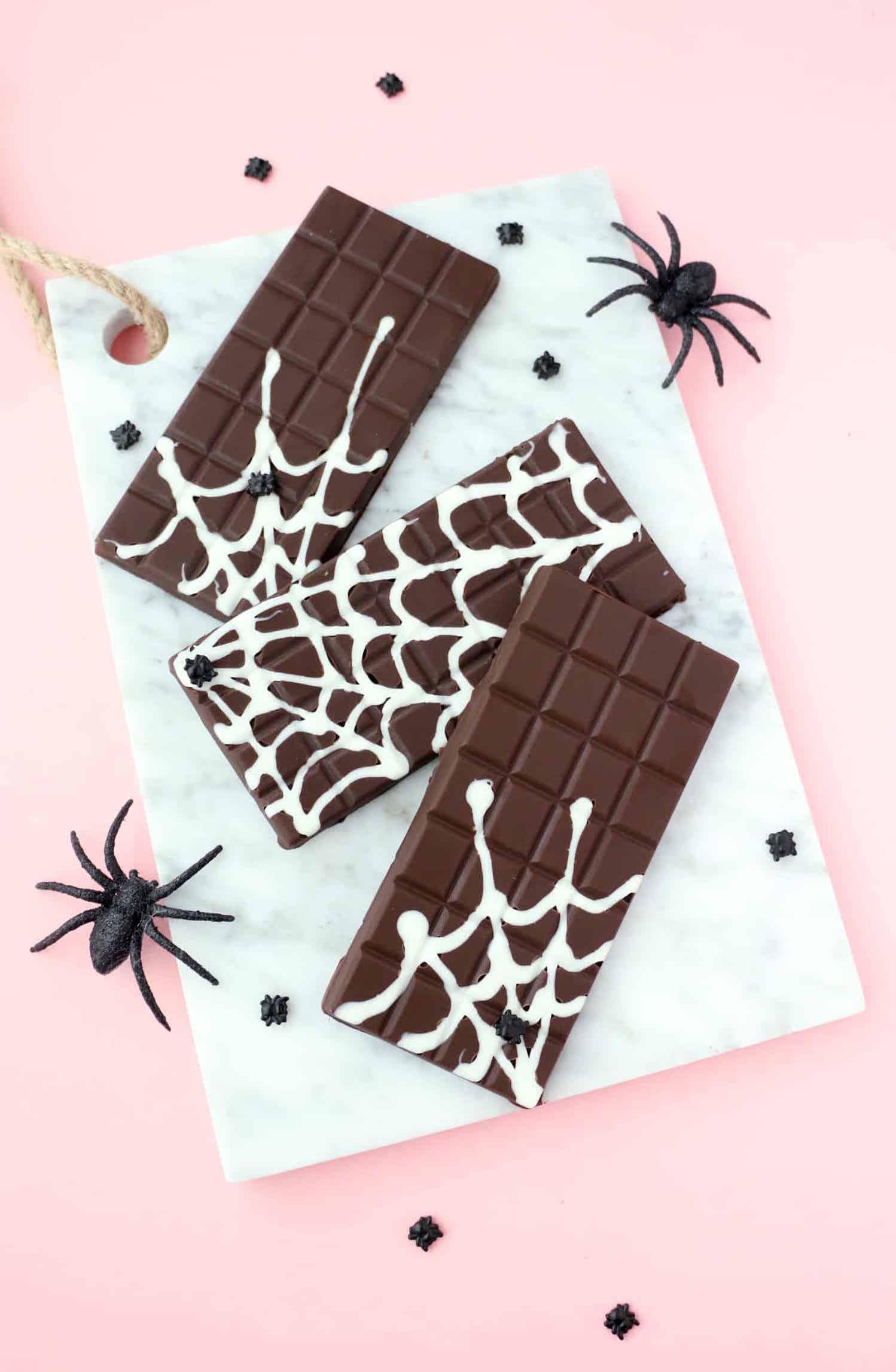 Até mesmo as barrinhas de chocolate ganham uma decoração para o halloween