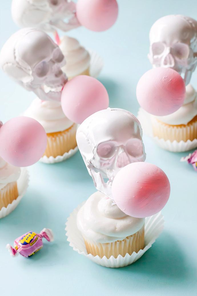 Assustador e divertido: topos de cupcakes com caveiras fazendo bolas de chiclete