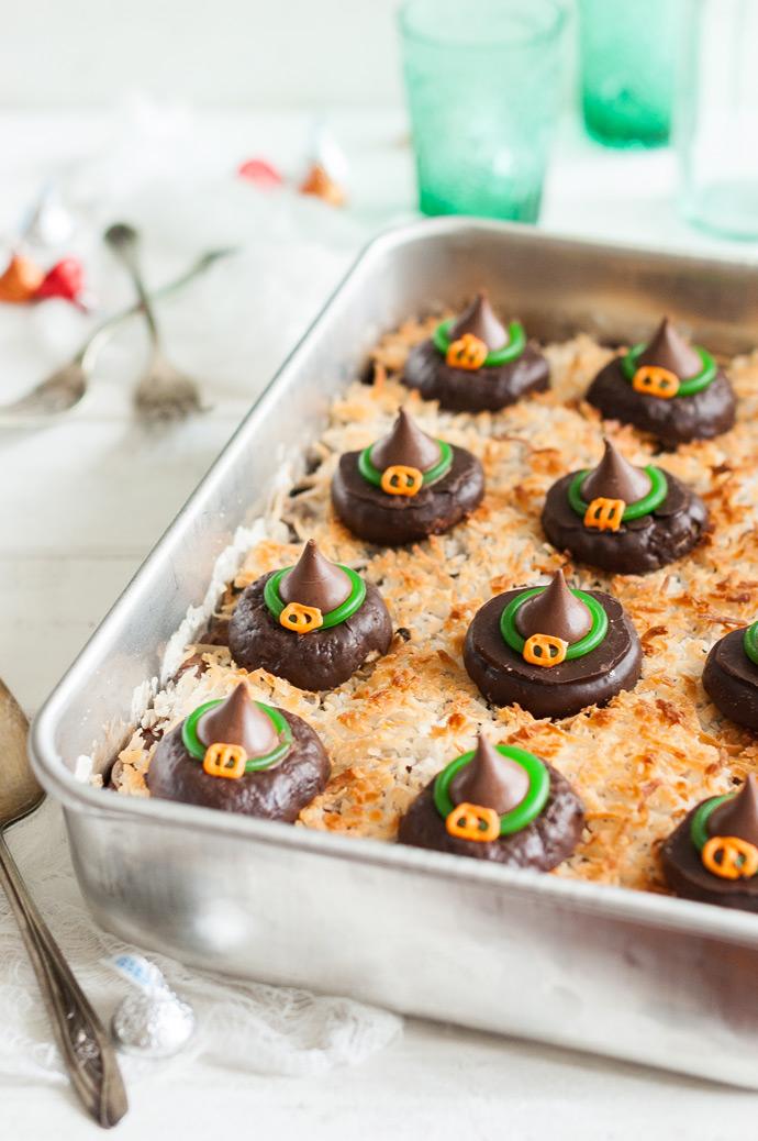 Receitas de travessa enfeitadas com chapeuzinhos de bruxa de chocolate
