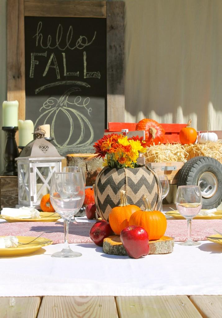 O Halloween também é uma comemoração da chegada do outono, no hemisfério norte, por isso, vale usar uma estética mais rústica e os frutos e legumes da época para decorar