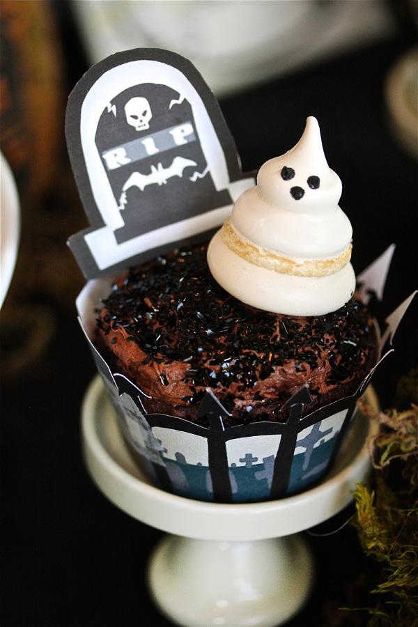 Cupcake dos mortos: plaquinha de lápide e um fantasminha assustador em suspiro