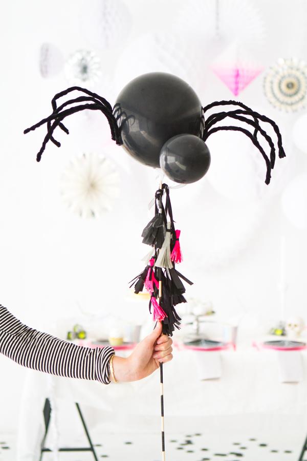 Você pode criar grandes aranhas com balões também: adicione oito patinhas de arame e deixe-a passear entre seus convidados
