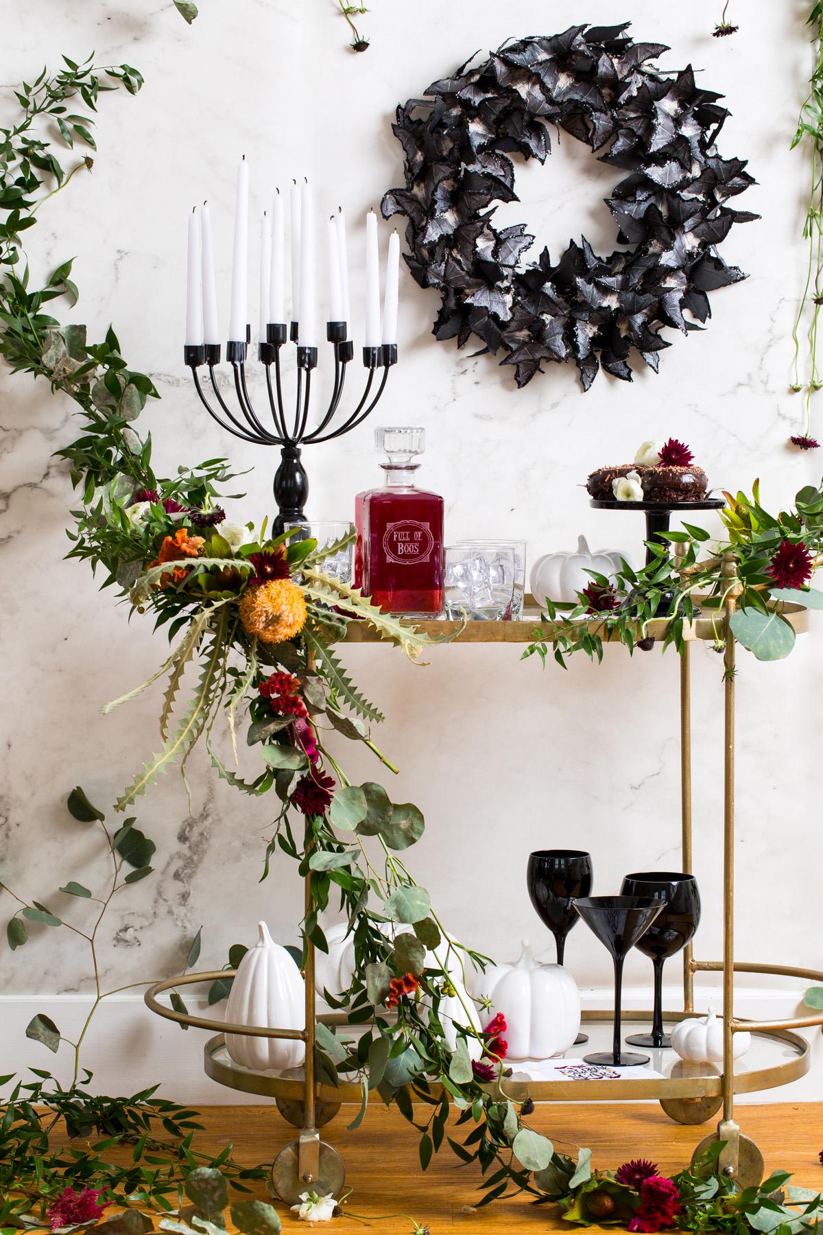 Traga também a natureza para dentro da sua festa: use guirlandas e coroas de folhas e flores na decoração do seu halloween