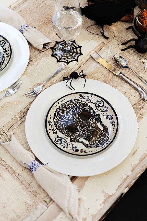 Se inspire também nos desenhos estilizados de caveiras na decoração de halloween para a mesa