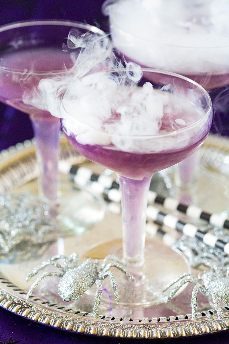 Drinks mágicos: o gelo seco traz um toque a mais de magia das bruxas para as bebidas da sua festa