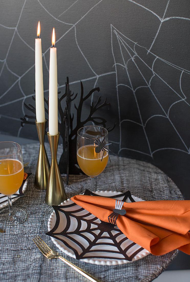 Decoração de festa halloween em EVA: outro material ótimo para você dobra e cortar teias de aranha para decorar a sua festa