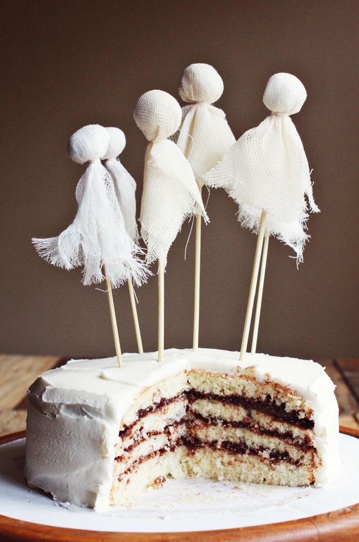 Decoração halloween reciclável: faça fantasminhas com palitos de churrasco e restos de tecido branco e decore de forma fácil e criativa o seu bolo!
