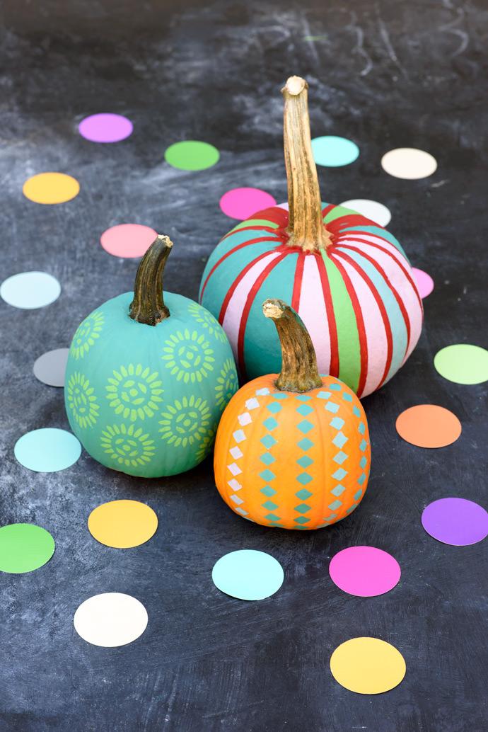 Já estas abóboras não têm nada de assustadoras: você pode decorar suas abóboras de diversas formas, até mesmo com muitas cores!