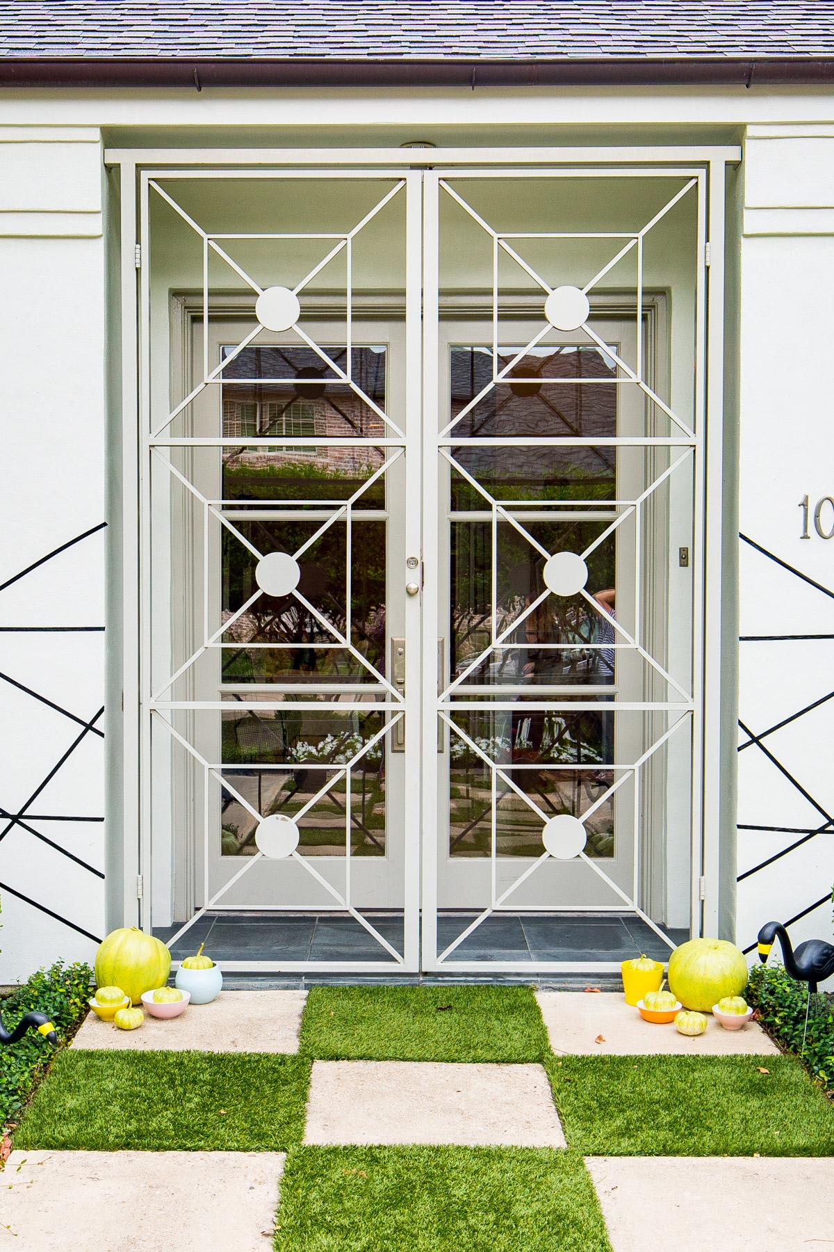 Posicione suas abóboras e velinhas do lado de fora de casa, para os convidados já irem entrando no clima de halloween