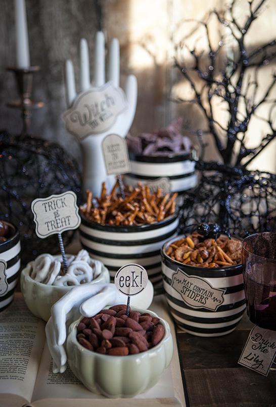 Snacks da bruxa: dê nomes diferentes e bem estranhos para cada salgadinho, como se fossem ingredientes que as bruxas usam em suas magias