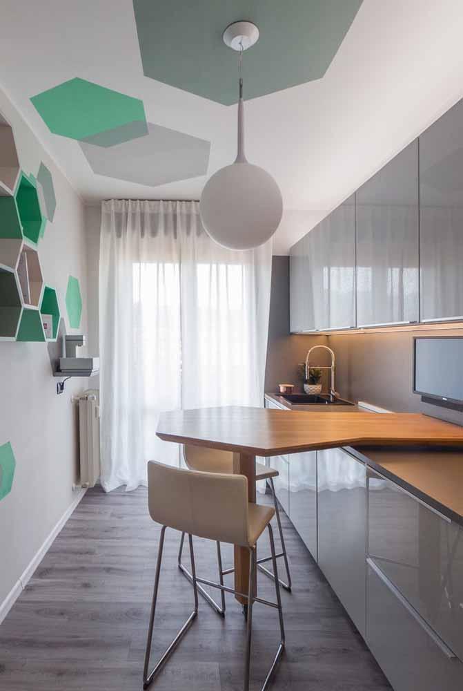 Decoração de cozinha pequena: Cozinha em corredor com uma decoração diferente para quem tem pouco espaço e não abre mão de uma mesa para as refeições