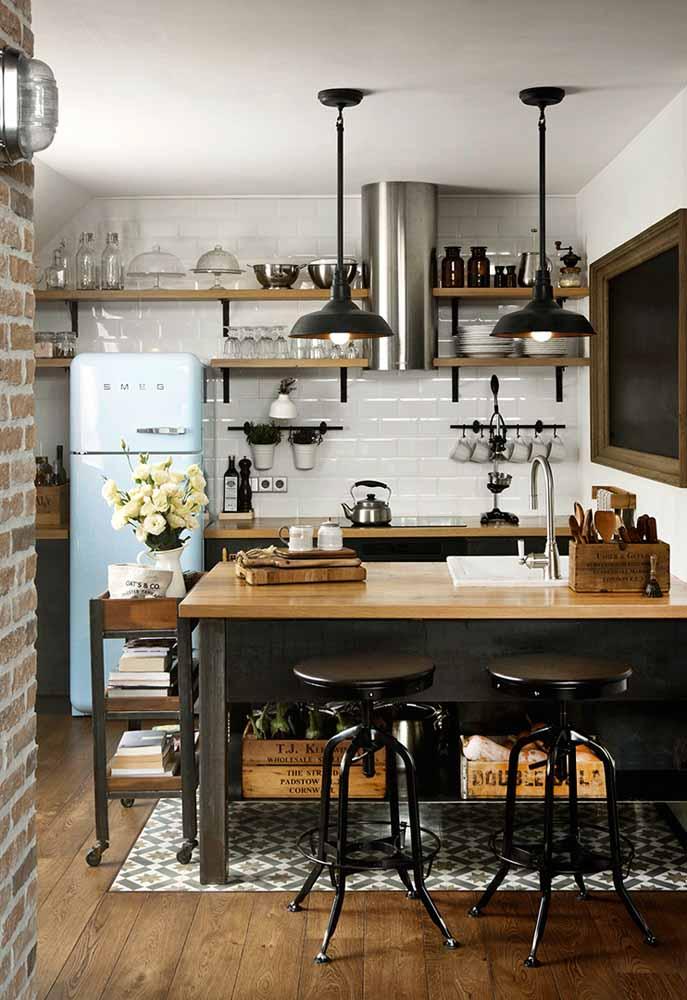 Decoração em tons mais escuros com referência da cozinha industrial mais rústico e com tijolinhos à mostra.
