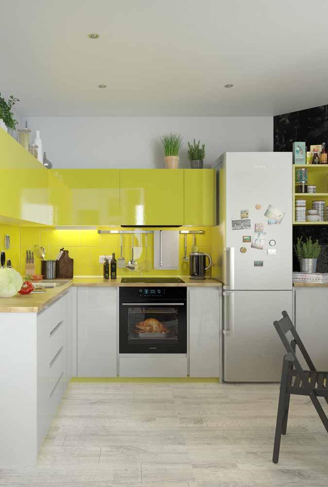 Cozinha com armário de cima em tons de amarelo para um contraste com a cozinha branca
