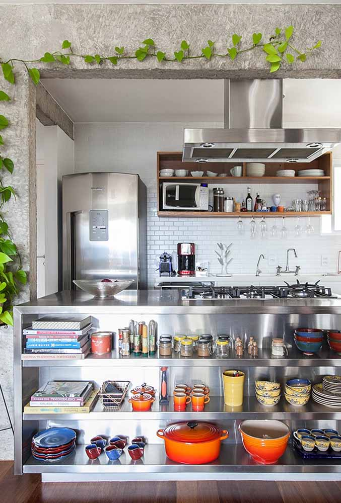 Objetos para decoração de cozinha: Tigelas, pratos e temperos e livros de receitas à mostra para uma decoração diferenciada