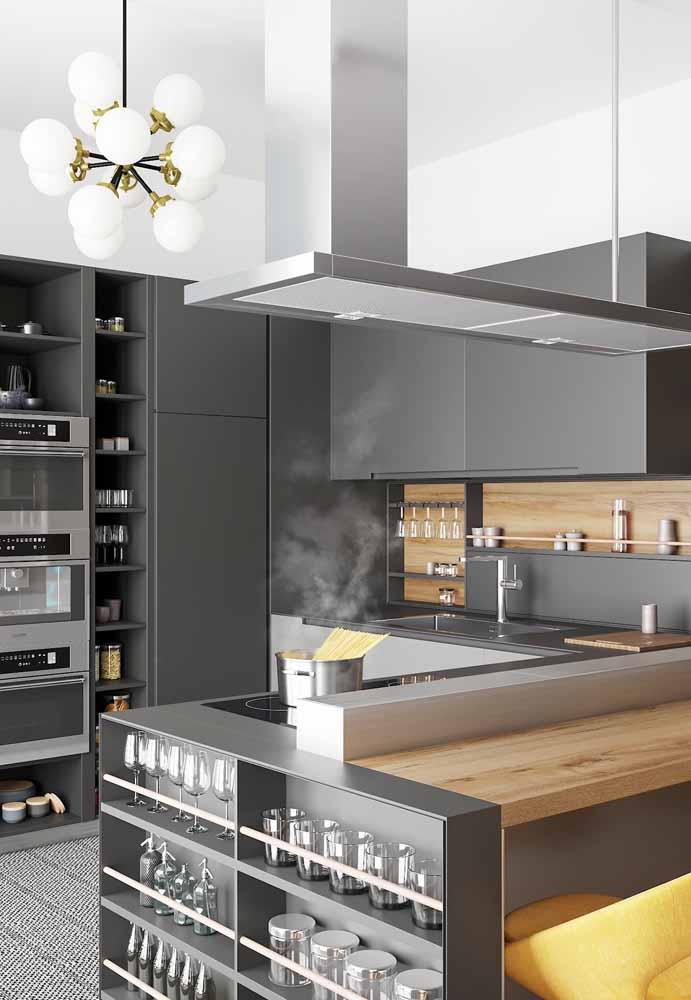 Decoração de pendentes diferentes trazendo modernidade e cozinha em tons cinza