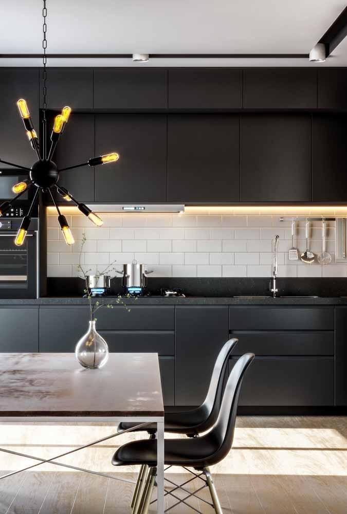 Decoração de pendentes com referência à cozinha industrial com correntes e uma beleza exótica para a cozinha