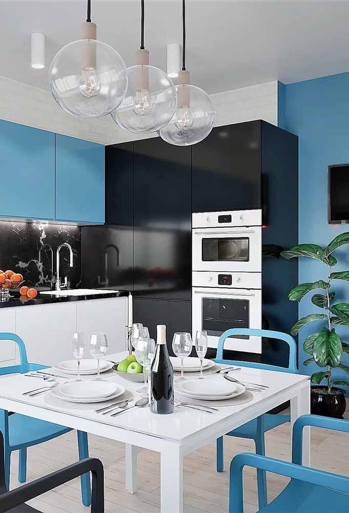 Decoração em cores azul, preto e branco com um toque de pessoal