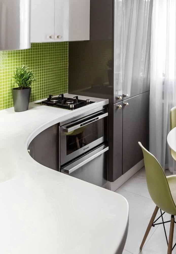 Decoração de cozinha com pastilhas e diferencial da pia para cozinha pequena é uma ótima sugestão para ganhar espaço