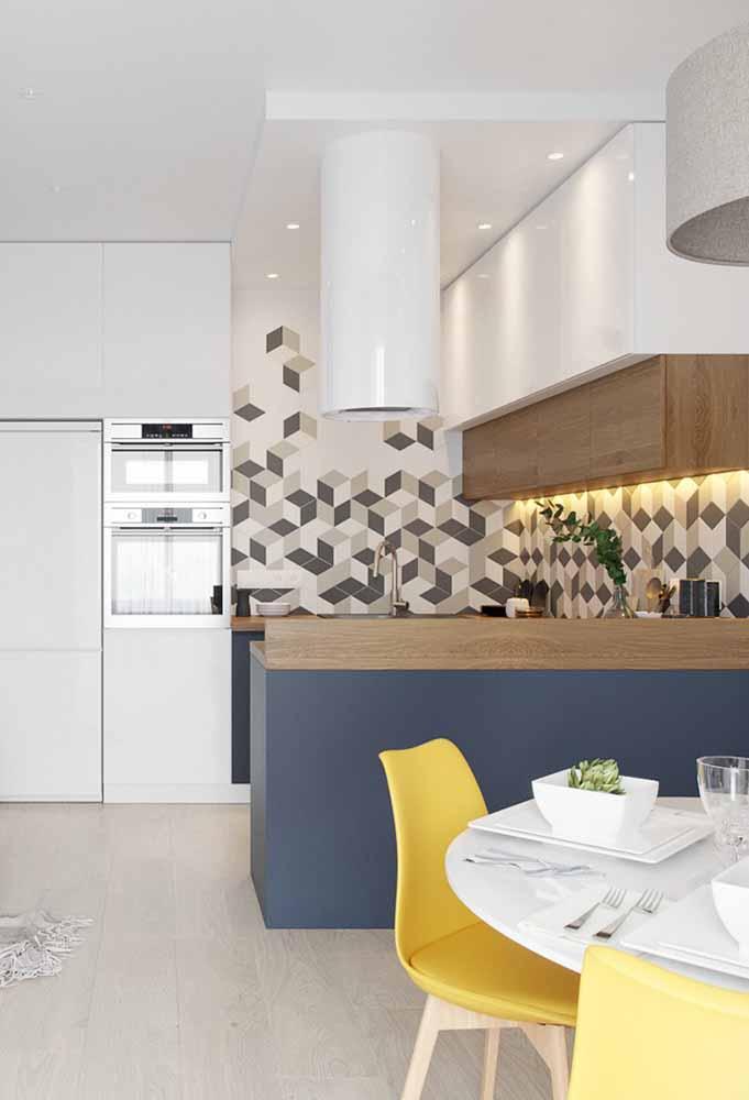Decoração de cozinha gourmet, com tons de madeira e azul marinho