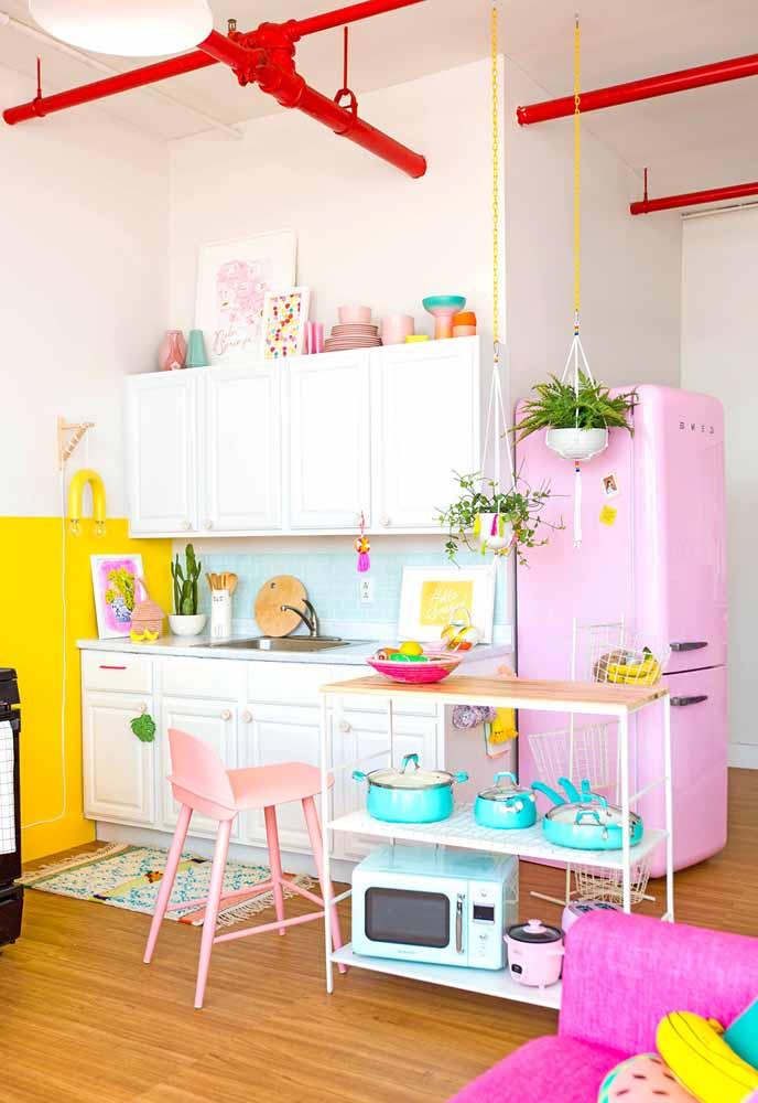 Não tenha medo de colocar mais de 2 cores na cozinha, este modelo mostra que há hormonização mesmo com mais cores com a referência candy colors