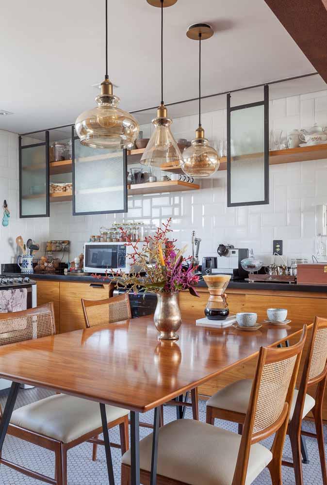 Decoração de cozinha com tons mais em cobre e madeira