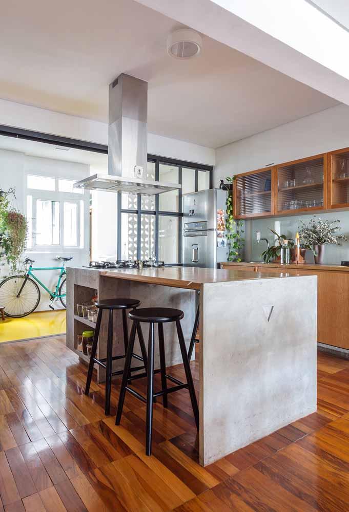 Decoração de cozinha com ilha, decoração com flores e piso combinando com armários