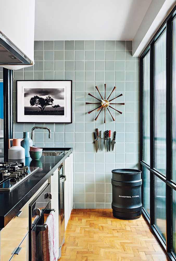 Quadro, barril e facas para decoração de cozinha pequena