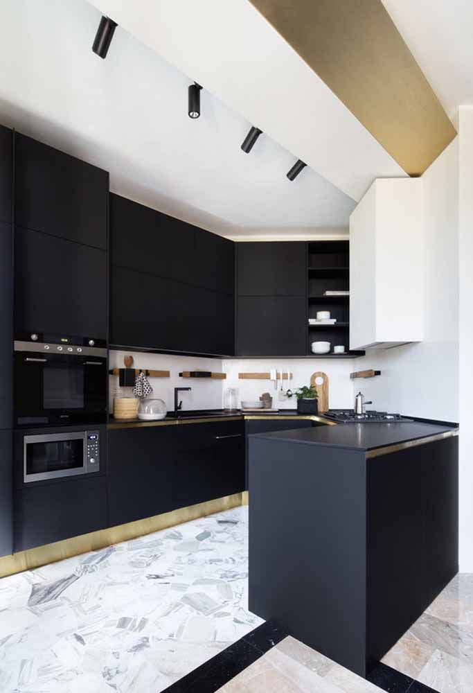 O dourado o cobre também harmonizam com cozinhas mais escuras