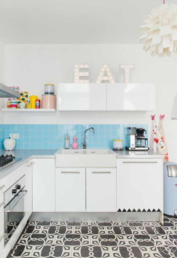 Decoração de cozinha pequena e barata: Os potes de temperos ou biscoitos dão uma decoração linda para a cozinha. As letras também para frases pode ser feita em casa com criatividade