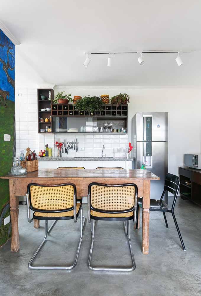 Decoração de cozinha simples: Basta fazer uma pintura bonita em uma das paredes, escolher umas luminárias diferentes para uma decoração mais personalizada