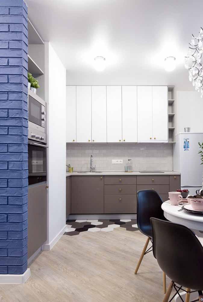 Destaque uma parede, pode ser tijolinhos, e tenha uma decoração personalizada