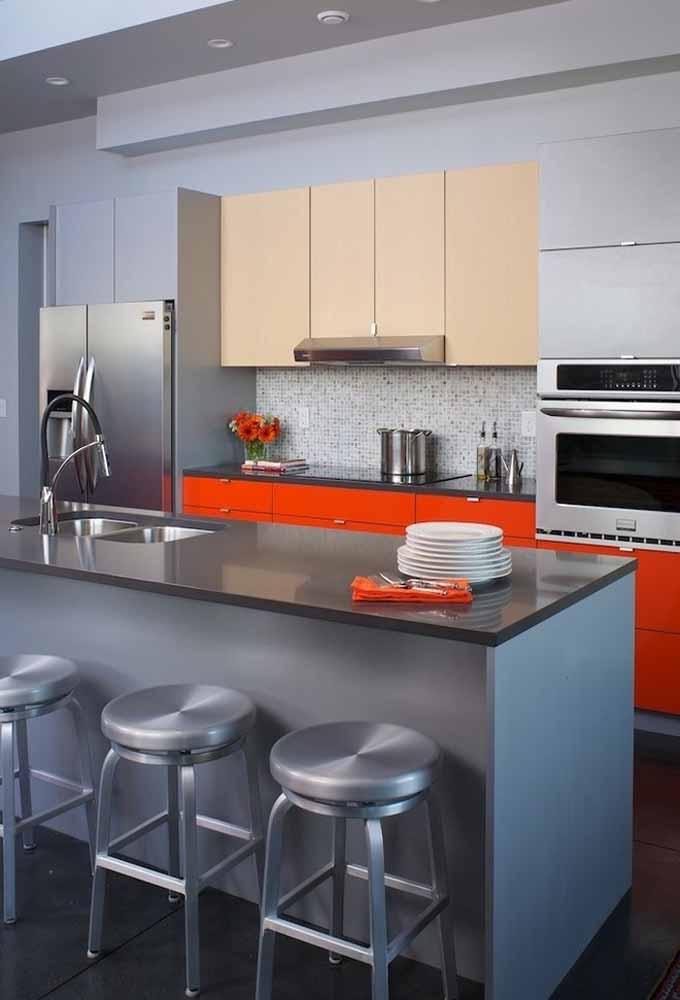 Ponto de luz na cozinha, destacando armários