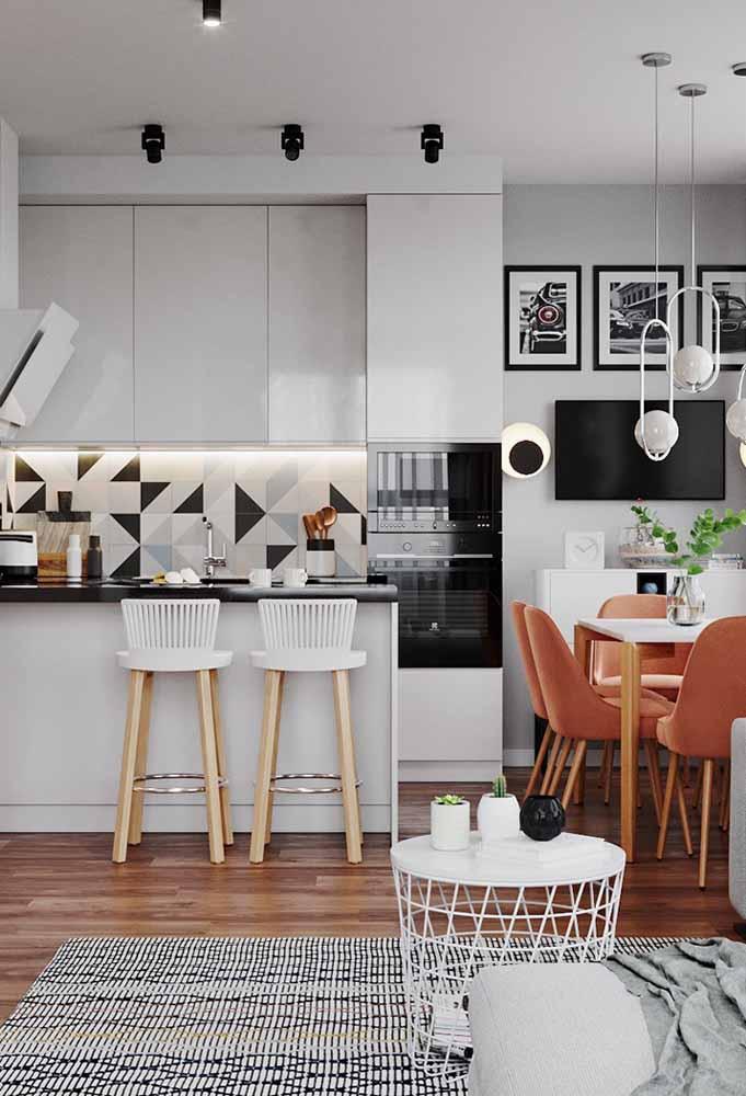 Cinza e madeira combinam muito bem e dão à decoração uma linda cara para a cozinha