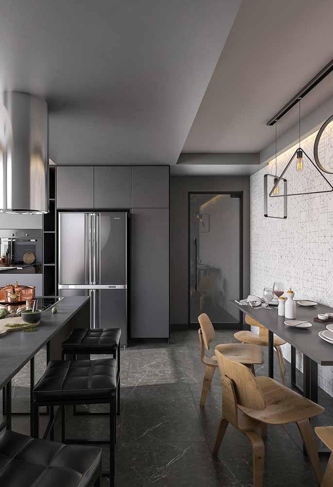 Se há muito espaço na cozinha por que não colocar duas mesas e aproveitar bem o espaço?