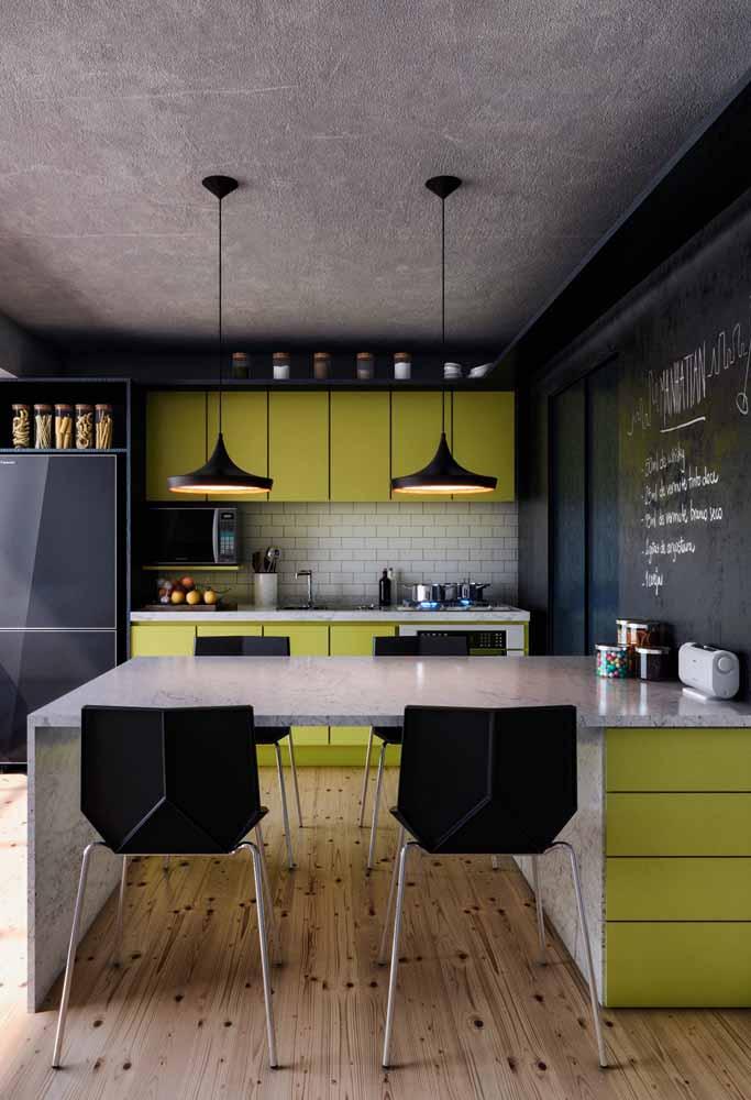 Amarelo com preto harmonizam bem com as referências ao estilo industrial