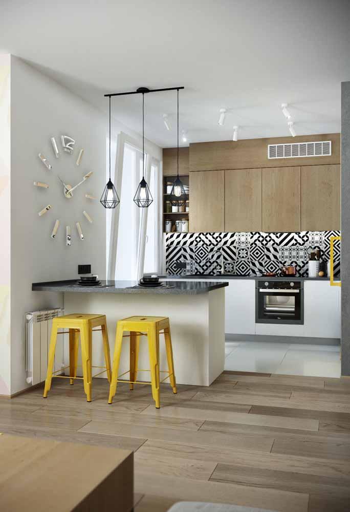 A decoração do relógio para a cozinha é um destaque e faz referência ao estilo urbano