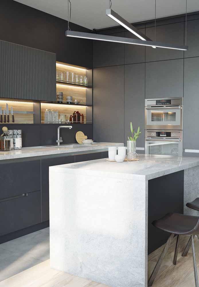 Use LED para iluminar os armários e teto para dar um charme a mais para a cozinha