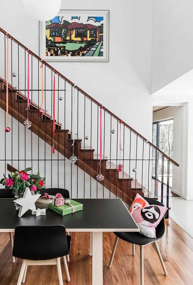 Que tal pendurar alguns enfeites pela escada?