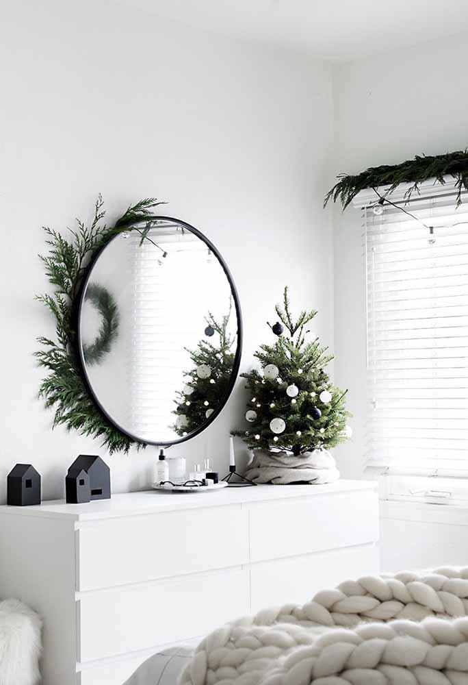 Olha que charme as folhas de pinheiro enfeitando o espelho