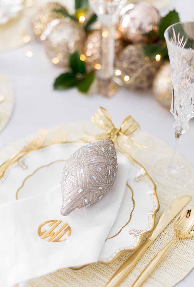As bolas de natal não servem apenas para enfeitar a árvore. Você pode usá-las como um item de decoração da mesa